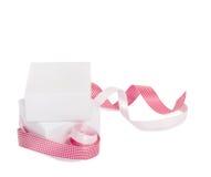 Cajas de regalo con las cintas rosadas en un fondo blanco Fotos de archivo