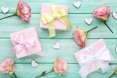 Cajas de regalo con las flores del eustoma imagen de archivo
