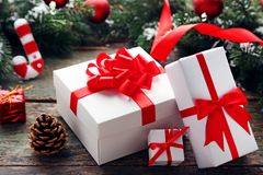 Cajas de regalo con las ramas del abeto Imagen de archivo