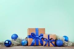 Cajas de regalo con las ramas del abeto Foto de archivo