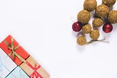 Cajas de regalo con los arcos y las bolas de la Navidad Imagenes de archivo