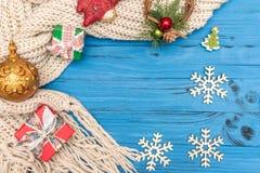 Cajas de regalo, copos de nieve de madera decorativos y ornamentos y juguetes del Año Nuevo en fondo de madera azul Fotos de archivo