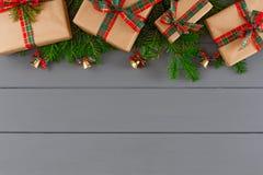 Cajas de regalo creativas de Navidad en papel del arte, cintas en fondo del escritorio Imágenes de archivo libres de regalías