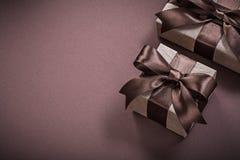 Cajas de regalo de cumpleaños en días de fiesta marrones del fondo fotografía de archivo
