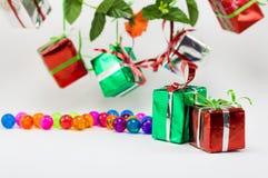 Cajas de regalo de la Navidad con la bola plástica en el fondo blanco Fotos de archivo