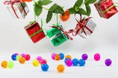 Cajas de regalo de la Navidad con la bola plástica en el fondo blanco Fotos de archivo libres de regalías