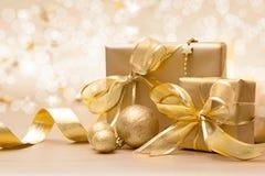 Cajas de regalo de la Navidad del oro Imagen de archivo libre de regalías