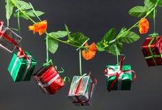 Cajas de regalo de la Navidad en fondo negro Fotos de archivo
