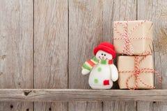 Cajas de regalo de la Navidad y juguete del muñeco de nieve Imagen de archivo libre de regalías