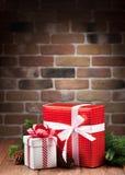 Cajas de regalo de la Navidad y rama de árbol Foto de archivo libre de regalías