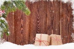 Cajas de regalo de la Navidad y rama de árbol de abeto en nieve Fotos de archivo libres de regalías