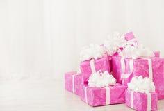 Cajas de regalo de los presentes pila, cumpleaños en el color rosado para la hembra o fotos de archivo libres de regalías
