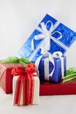 Cajas de regalo de vacaciones adornadas con la cinta en blanco Imagenes de archivo