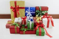 Cajas de regalo de vacaciones adornadas con la cinta en blanco Foto de archivo libre de regalías