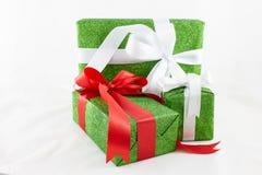 Cajas de regalo de vacaciones adornadas con la cinta en el backg blanco Fotografía de archivo