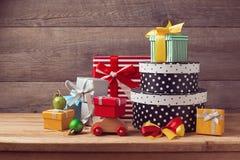 Cajas de regalo de vacaciones de la Navidad en la tabla de madera Imagenes de archivo