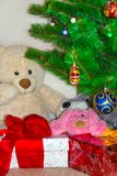 Cajas de regalo debajo del árbol de Christmass Fondo de la Navidad y del Año Nuevo Concepto de las vacaciones de invierno Present Fotos de archivo libres de regalías
