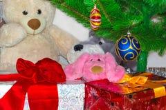 Cajas de regalo debajo del árbol de Christmass Fondo de la Navidad y del Año Nuevo Concepto de las vacaciones de invierno Present Imagenes de archivo