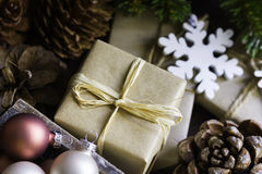 Cajas de regalo del Año Nuevo de la Navidad en el papel del arte atado con los conos del pino de la guita, bolas coloridas, ramas Imagenes de archivo