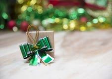Cajas de regalo del Año Nuevo, fondo de la pendiente Fotos de archivo