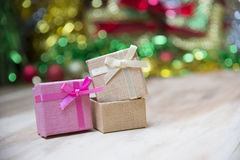 Cajas de regalo del Año Nuevo, fondo de la pendiente Foto de archivo libre de regalías