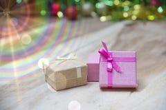 Cajas de regalo del Año Nuevo, fondo de la pendiente Imagen de archivo