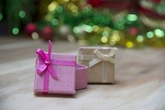 Cajas de regalo del Año Nuevo, fondo de la pendiente Imágenes de archivo libres de regalías