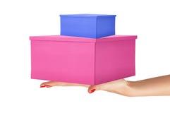 Cajas de regalo del color de papel en la mano de la mujer aislada en blanco Foto de archivo