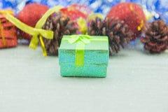Cajas de regalo del regalo de Navidad en el piso de madera Feliz Navidad y Feliz Año Nuevo Foto de archivo