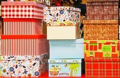 Cajas de regalo de diversos colores y tamaños fotografía de archivo libre de regalías