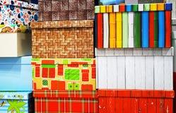 Cajas de regalo de diversos colores y tamaños imagen de archivo