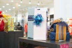 Cajas de regalo en centro comercial Fotos de archivo libres de regalías