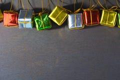 Cajas de regalo en de madera negro Estilo del día de fiesta del Año Nuevo Imagen de archivo
