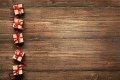 Cajas de regalo en el fondo de madera, regalos de Navidad, cinta roja Fotografía de archivo libre de regalías