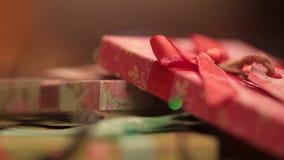Cajas de regalo en el fondo del centelleo almacen de metraje de vídeo