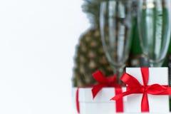 Cajas de regalo en el fondo de vidrios y de Champán Foto de archivo