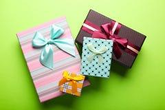 Cajas de regalo en fondo verde Fotografía de archivo libre de regalías