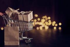 Cajas de regalo en la carretilla de las compras imagen de archivo libre de regalías