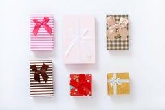 Cajas de regalo en la opinión superior del fondo blanco Invitación de la boda, tarjeta de felicitación para el día de madre Cumpl Fotografía de archivo