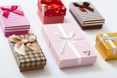 Cajas de regalo en la opinión superior del fondo blanco Invitación de la boda, tarjeta de felicitación para el día de madre Cumpl Imagen de archivo