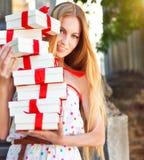 Cajas de regalo en las manos de la mujer rubia joven Imagenes de archivo