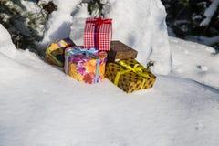 Cajas de regalo en nieve imagen de archivo libre de regalías