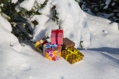 Cajas de regalo en nieve fotos de archivo libres de regalías