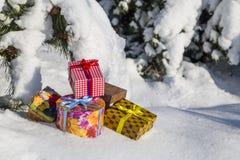 Cajas de regalo en nieve imágenes de archivo libres de regalías