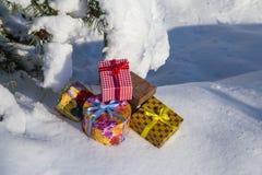 Cajas de regalo en nieve fotos de archivo