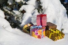 Cajas de regalo en nieve imagenes de archivo