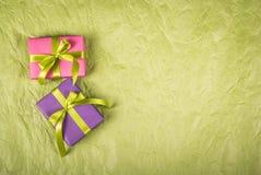 Cajas de regalo en un fondo de papel Rectángulos de regalo con las cintas Foto de archivo