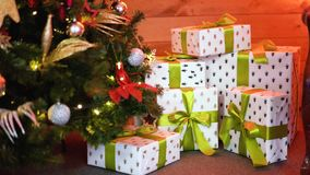 Cajas de regalo en zalea en el árbol de navidad almacen de metraje de vídeo