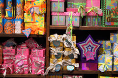 Cajas de regalo enormes, preparándose para la Navidad Foto de archivo libre de regalías