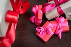 Cajas de regalo envueltas coloridas Imágenes de archivo libres de regalías